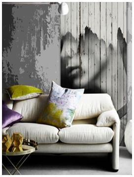 Панель деревянная серая на стене в гостиной за диваном