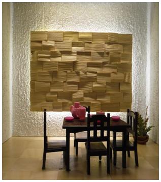 Деревянное панно на стене в столовой возле стола и стульев. Обеденный уголок