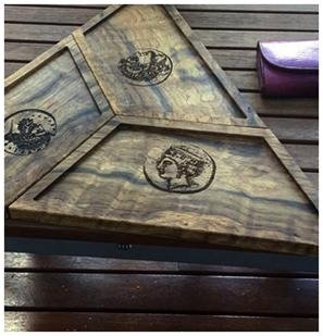 Треугольный деревянный модуль с декором
