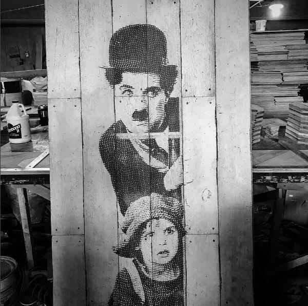 деревянные настенные панели в стиле Чарли Чаплин